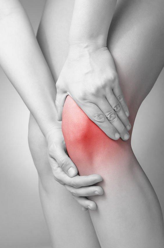 Donna con un problema cartilagineo osseo al ginocchio